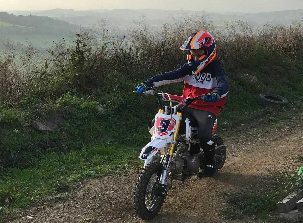 un enfant pilote une moto de cross